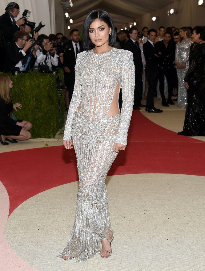 """Kylie Jenner contó a la revista 'Interview' que se siente constantemente ansiosa por las cosas que se dicen en los medios de comunicación sobre ella. """"Me despierto cada mañana con la peor ansiedad. No entiendo por qué. Tengo algo así como un problema. Me despierto a las siete u ocho de la mañana porque creo que ha salido una historia mala sobre mí, y tengo que comprobarlo. Mi peor miedo es encontrar algo sobre mí en Internet"""", explicó la pequeña del clan Kardashian y empresaria de su incipiente imperio del maquillaje."""