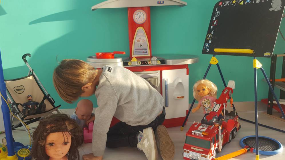 Foto: Al hijo de Alba le gustan los superhéroes pero también las muñecas y las cocinas. (A. A.)