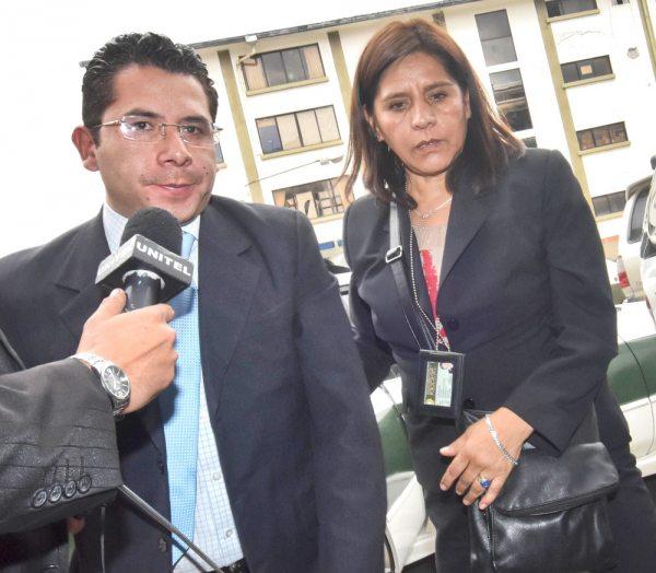 Abogado Bustillos junto a investigadora del caso.
