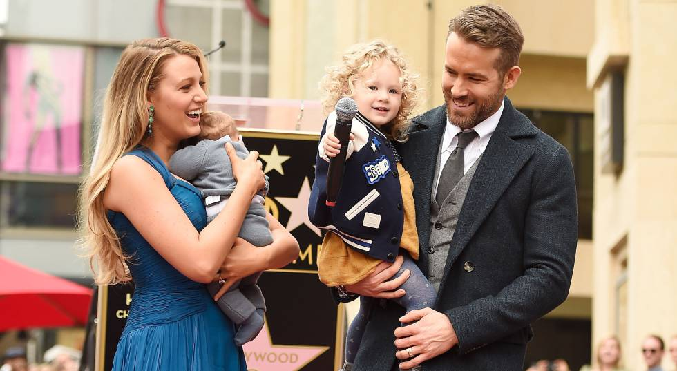 Blake Lively y Ryan Reynolds junto a sus hijos en el Paseo de la Fama de Hollywood el pasado 15 de diciembre.