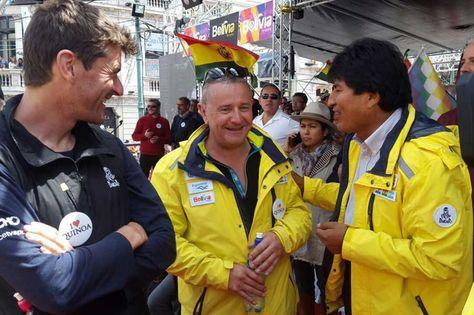 Marc Coma, Etienne Lavigne y Evo Morales en el podio de la plaza San Francisco.