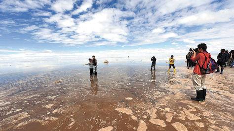 Por las lluvias, el desierto de sal está inundado.
