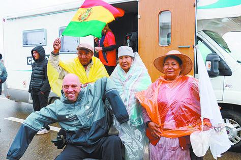 El piloto Philippe Croizon, con pobladores y la periodista Kattya Valdés durante el recorrido entre Oruro y La Paz. Foto, La Razón.