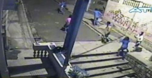 Una escena del asalto del Cartel Family a dos jóvenes en la calle Montevideo de La Paz.