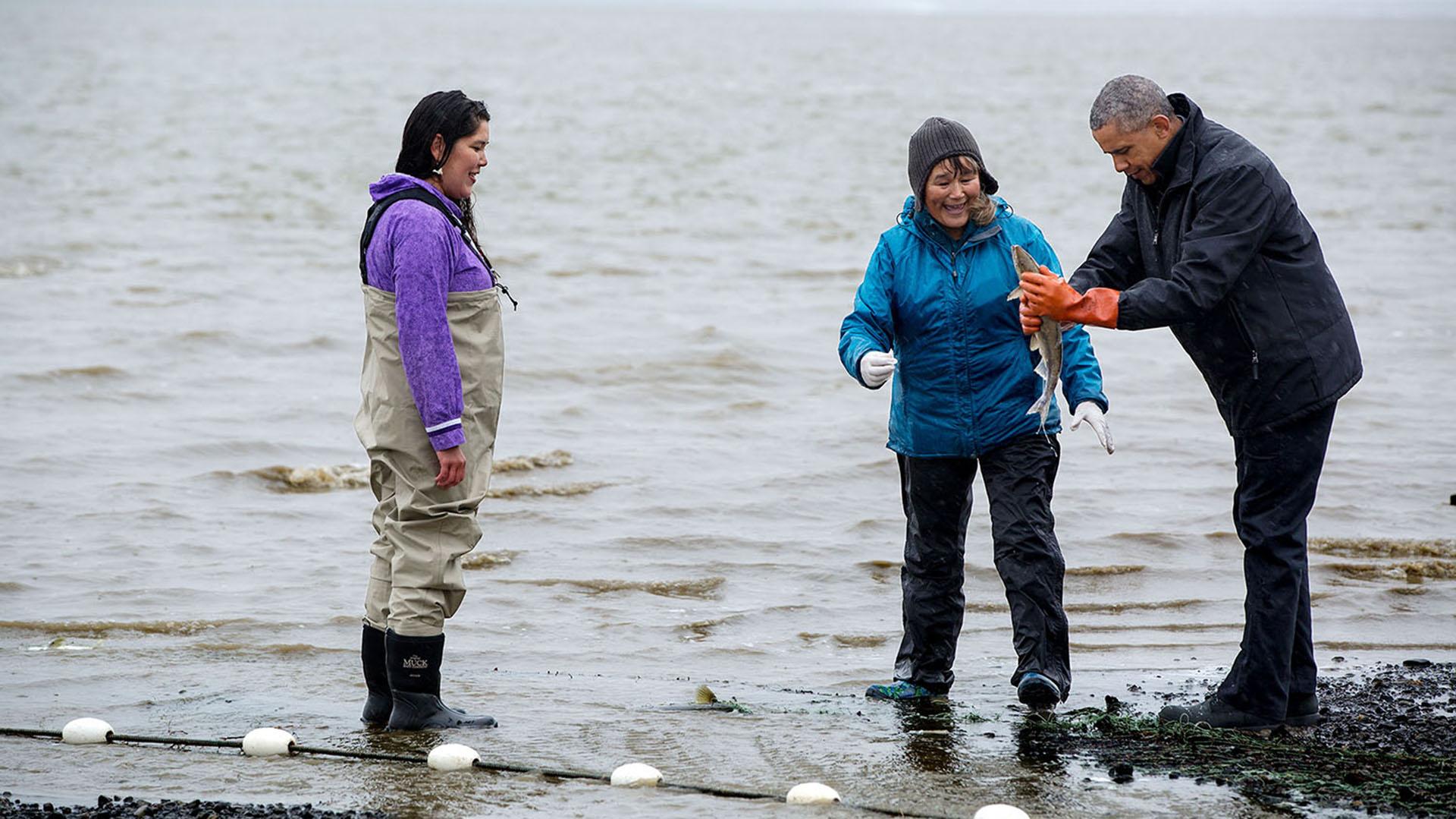 Obama junto a una pescadora de salmon at Kanakanak Beach en Bristol Bay, Alaska. 2 de septiembre, 2015 (Official White House Photo by Pete Souza)