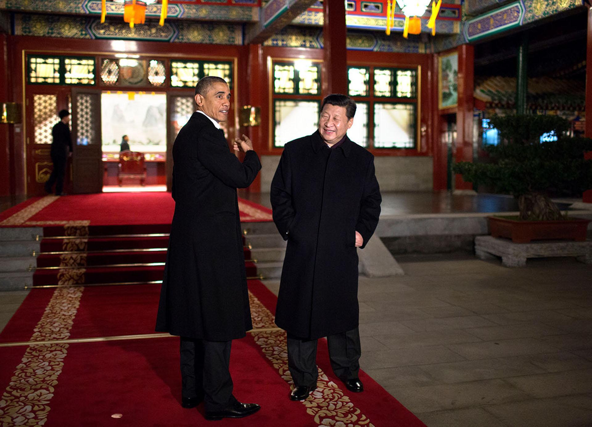 Los presidentes Obama y Xi Jinping de China anunciaron nuevos e históricos objetivos para la reducción de las emisiones de gases de efecto invernadero durante el viaje de noviembre de 2014 a Pekín. Ambos líderes fueron instrumentales en lograr el acuerdo de París de 2015 en el que 200 países se comprometieron a limitar los impactos dañinos del cambio climático.