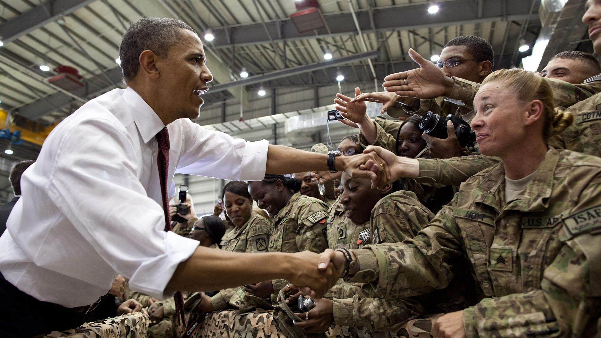 Obama saluda a las tropas estadounidenses en la base Bagram de Afganistán tras una visita sopresiva el 1° de May de 2012. (Official White House Photo by Pete Souza)