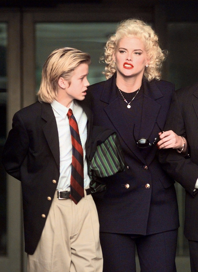 Anna Nicole Smith, acompañada de su hijo al salir de un juzgado.