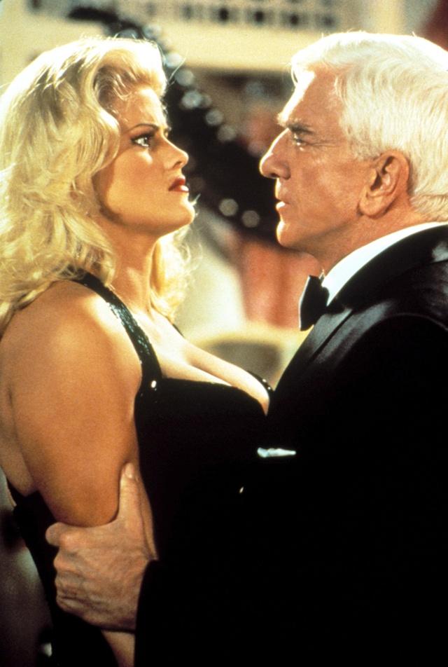 Anna Nicole, con Leslie Nielsen en un fotograma de