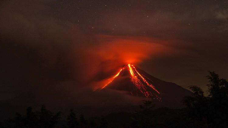 'Volcán de Fuego' mexicano de Colima lanza fumarola