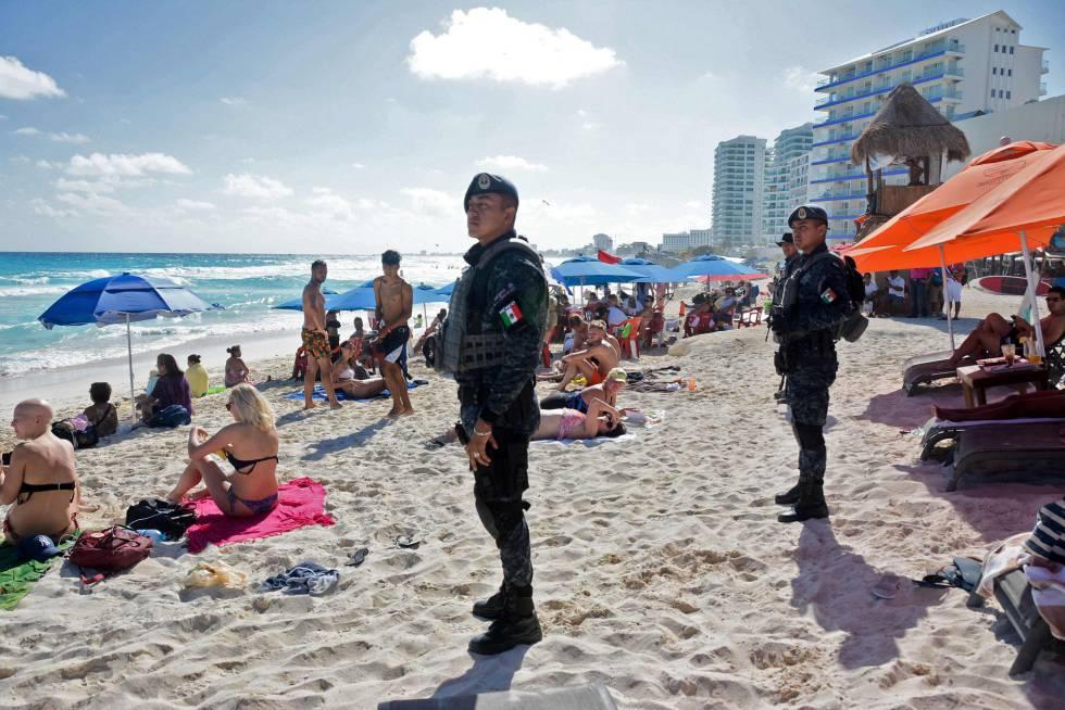 Policía Federal en una playa de Cancún.