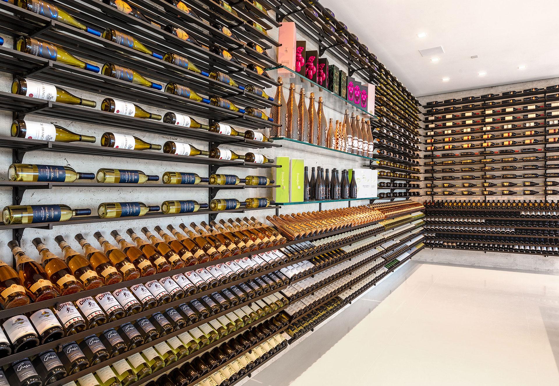 Una de las dos cavas con que cuenta la propiedad para guardar los vinos y la champaña (BAM Luxury Development)