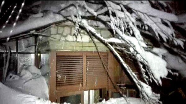 El hotel quedó sepultado por la nieve (EFE)