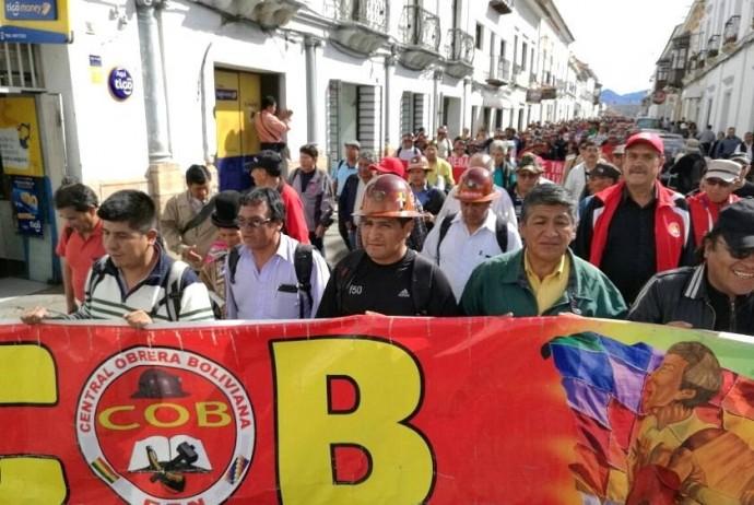 La marcha de la COB hoy, jueves, en Sucre. Foto: CORREO DEL SUR