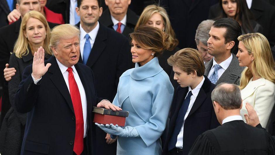Donald J. Trump, de 70 años, magnate de bienes raíces, nacido en Queens, Nueva York, se posesionó como el presidente número 45 de Estados Unidos el viernes 20 de enero de 2017. Aquí, el momento de su juramentación. (Crédito: MARK RALSTON/AFP/Getty Images)