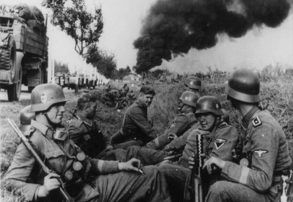 Soldados de la División SS-Leibstandarte Adolf Hitler, descansando en una zanja al lado de una carretera en el camino a Pabianice, durante la invasión de Polonia en 1939