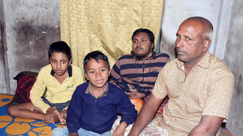 El verdulero Tofazal Hosain cuidando a sus dos hijos y su nieto que sufren una enfermedad degenerativa.