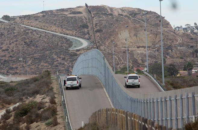 El muro que separa EE.UU. de México en San Ysidro, California