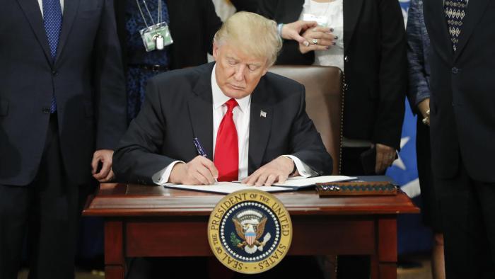 El presidente Donald Trump firma una orden ejecutiva sobre inmigraci&oac...