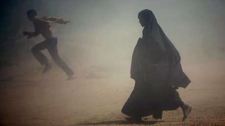 Refugiados somalíes huyen de la nube de polvo en el campo de Ifo, cerca de Dadaab.