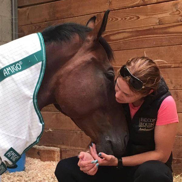 La pasión de Samantha por los caballos era lo único que la mantenía al lado de Bayford