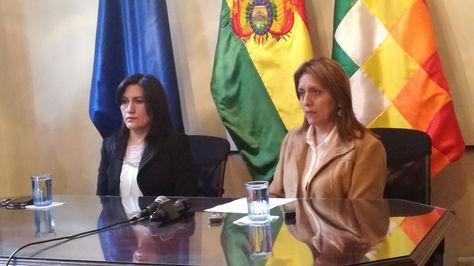 Carmen Molina (d) junto a la ministra de Comunicación, Gisela López.