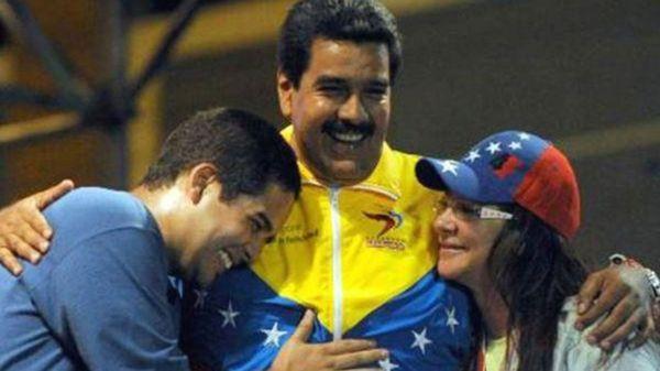 Nicolás Maduro Guerra junto a su padre y Cilia Flores