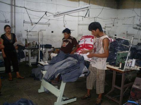 Trabajadores bolivianos en un taller de la provincia de Buenos Aires. Foto: Periodismohumano.com