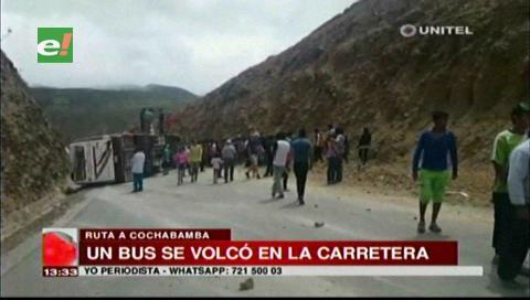 Choque y vuelco de bus deja 13 heridos en la carretera Cochabamba-Santa Cruz