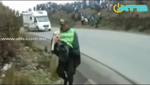 Video del rescate policial a un perrito en el Dakar se vuelve viral
