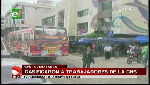 Cochabamba: Policía gasifica a los trabajadores de la CNS