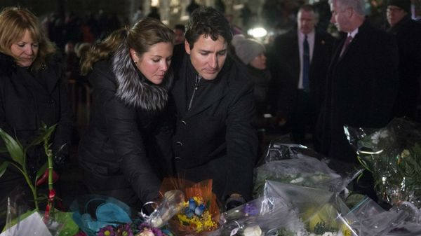 El primer ministro canadiense, Justin Trudeau, y su esposa, Sophie Grégoire Trudeau, dejan flores en frente de la mezquita, en Quebec City (AP)