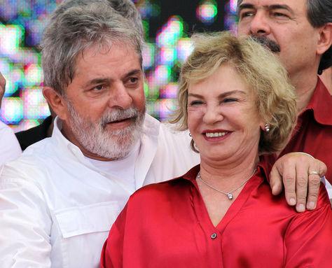 Luiz Inácio Lula da Silva y su esposa Marisa Letícia Rocco en un acto público en 2010. Foto: Archivo AFP