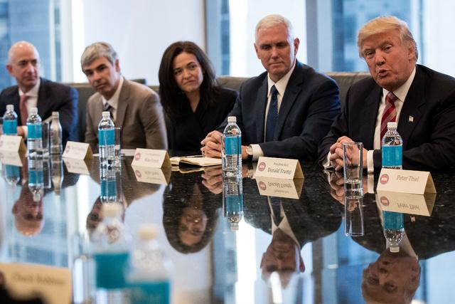 Jeff Bezos, de Amazon; Larry Page, de Google; y Sheryl Sandberg, de Facebook, reunidos con Mike Pence y Donald Trump el pasado mes de diciembre.