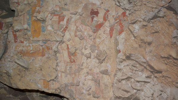 Khonsu y su esposa veneran a Osiris e Isis en una de las pinturas que aparecieron en la tumba del escriba real