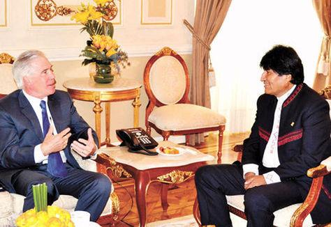 El presidente Evo Morales (der) y el encargado de Negocios Peter Brennan, en el Salón Dorado de Palacio Quemado