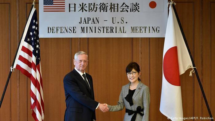 James Mattis, secretario de Defensa de Estados Unidos, junto a Tomomi Inada, su homóloga japonesa. (Getty Images/AFP/F. Robichon)