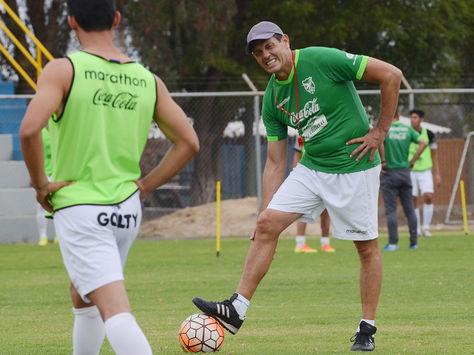 Mauricio Soria, dirigiendo una práctica de la selección boliviana.