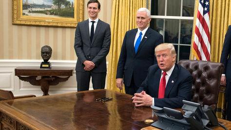 Trump en el despacho Oval de la Casa Blanca en su primer día como Presidente de EEUU.