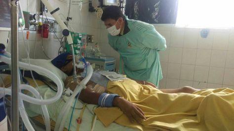 El comandante general de Policía, Rino Salazar, en una visita reciente al sargento Juan Apaza, en el Hospital Obrero.