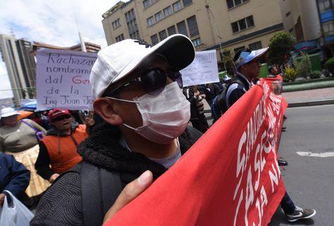 Marcha de protesta de trabajadores de la Caja Nacional de Salud (CNS) en el centro de La Paz. Foto: Wara Vargas