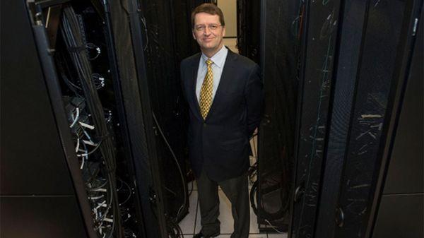 El profesor Tuomas Sandholm junto a la computadora que genera el poder de Libratus