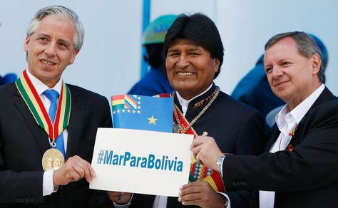 El presidente Evo Morales (cen), el vicepresidente, Álvaro García (izq), y el senador, José Gonzales, muestran el hashtag Mar Para Bolivia.