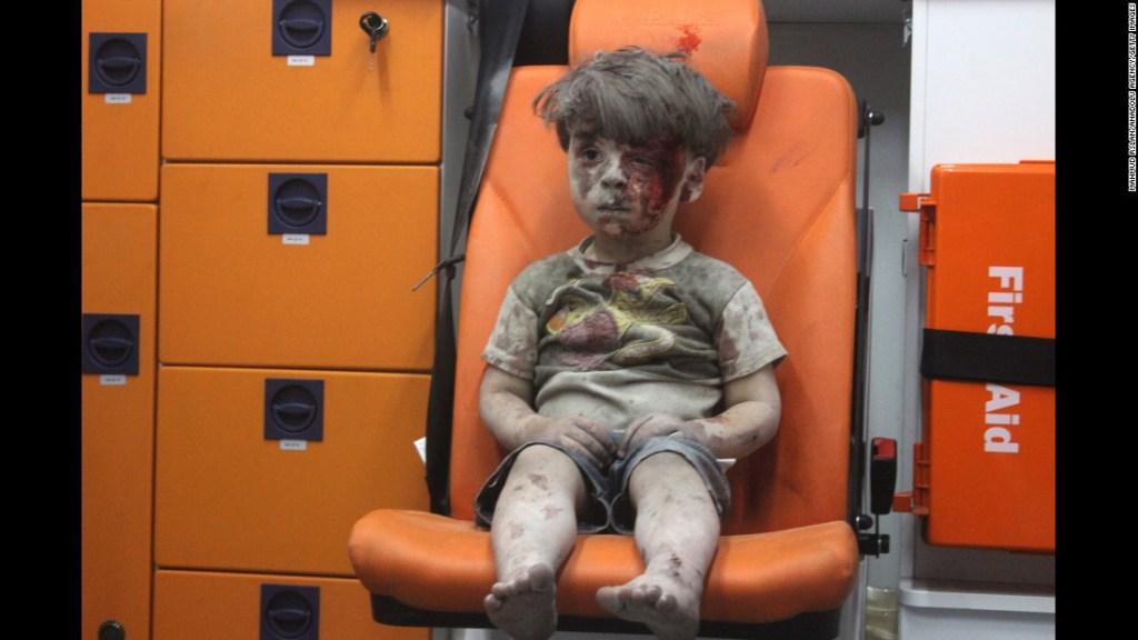 Agosto 17: Esta imagen, un fotograma de un video publicado por el Centro de Medios de Aleppo, muestra a un niño en una ambulancia tras un ataque aéreo en Aleppo, Siria. Les tomó a los socorristas casi una hora sacar el menor, identificado como Omran Daqneesh, de los escombros, le dijo un activista a CNN. El ataque destruyó su hogar, en donde vivía con sus padres y dos hermanos.