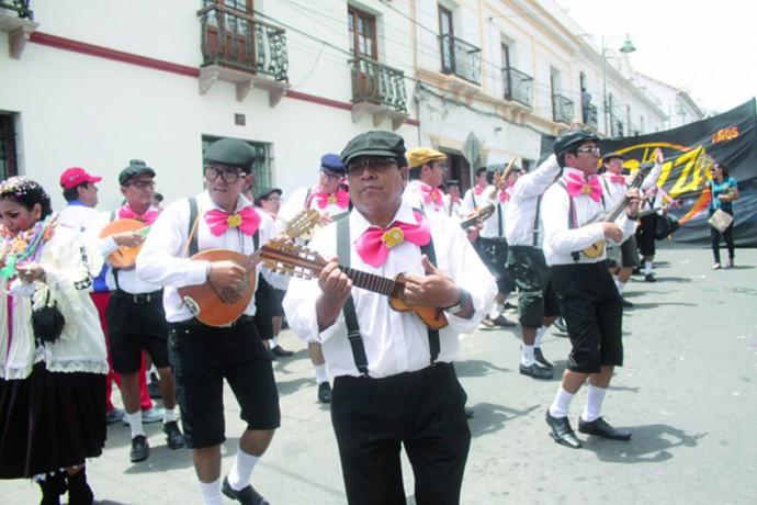 GRUPOS. Quieren mostrar al Carnaval sucrense como uno de los más sanos de Bolivia.