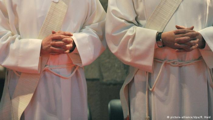 Symbolbild Katholische Priester (picture-alliance/dpa/R. Haid )