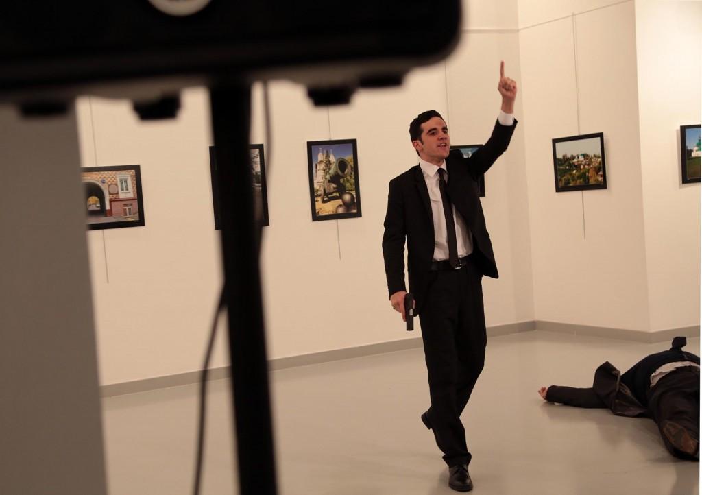 Los gestos del asesino tras el crimen que impactó al mundo (AP Photo/Burhan Ozbilici)