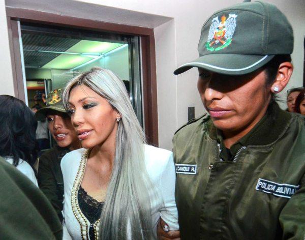 Gabriela Zapata, momentos en que la llevan a audiencia.