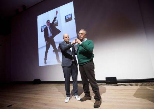 El ganador del premio World Press Photo 2016 Burhan Ozbilici (der.) y el director de la fundación que otorga el galardón, Lars Boering. Foto: AFP