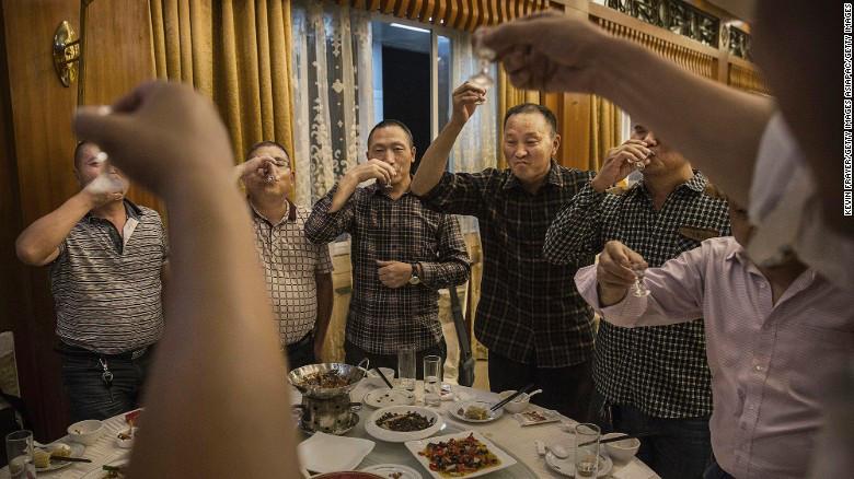 Hombres chinos brindan con Moutai, la marca más famosa de baijiu, un licor muy fuerte destilado de sorgo y de arroz que en China se bebe en cualquier ocasión festiva, desde un matrimonio hasta una reunión de negocios.